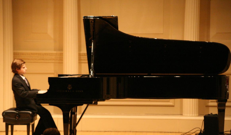 Có nên mua đàn Piano cơ cho trẻ mới tập đàn?